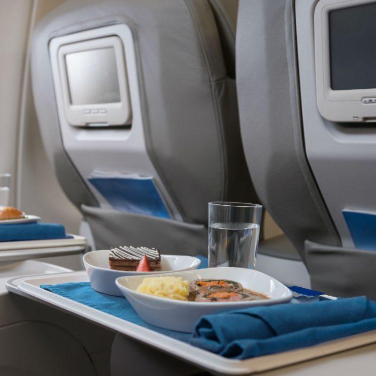 """Más que """"pollo o pasta"""": se puede comer bien en el avión"""